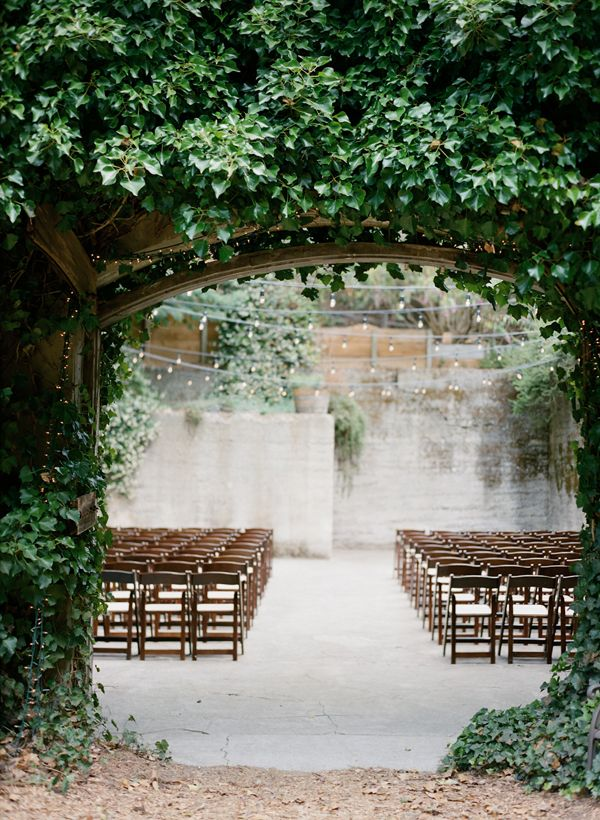 Organic ceremony backdrop inspiration for Beautiful gardens to get married in